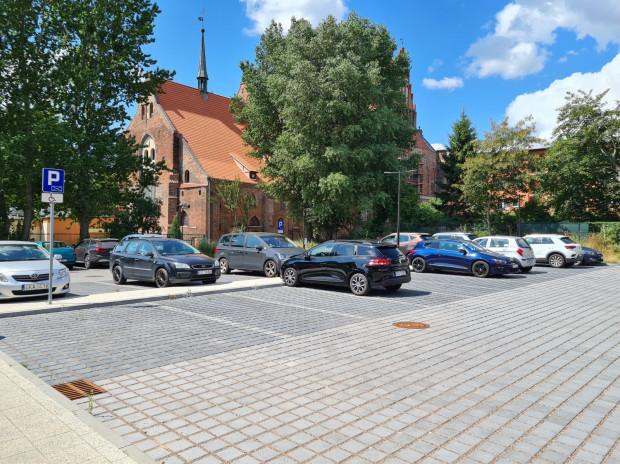 Parking w ciągu dnia w większej części służy urzędnikom. 40 proc. miejsc przeznaczonych jest dla petentów.