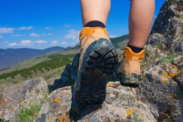 Zazwyczaj im droższe buty trekkingowe, tym bardziej mają zaawansowane rozwiązania. Tyle tylko, że nie zawsze są niezbędne. To, czego potrzebujemy, ściśle zależy od podłoża, po którym będziemy chodzić.