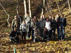 Mieszkańcy Biskupiej Górki podczas jednej z akcji oczyszczania rynienek odpływowych w skarpie od strony Zaroślaka.