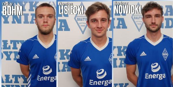 Bałtyk Gdynia przeprowadził drugi, trzeci i czwarty transfer przed sezonem 2021/22. Kontrakty podpisali od lewej: Oskar Bohm, Damian Lisiecki i Bartosz Nowicki.