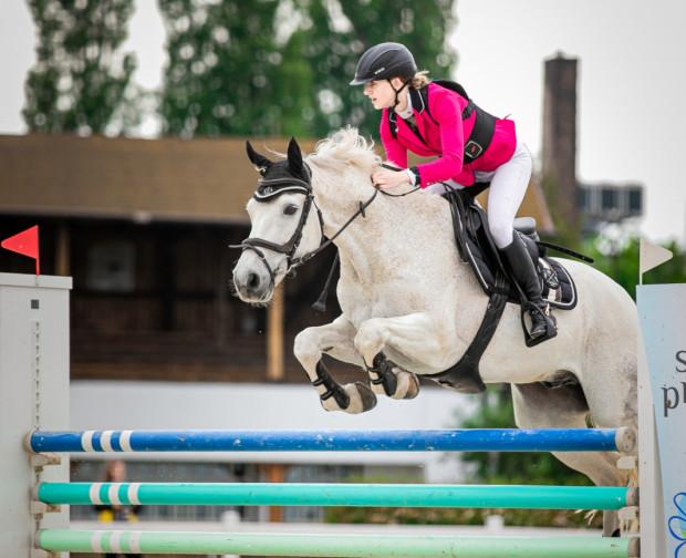Skoki przez przeszkody to najpopularniejsza z dyscyplin jeździeckich. Nie dziwi zatem, że w zawodach na sopockim Hipodromie bierze zazwyczaj udział dwustu, a nawet trzystu jeźdźców.