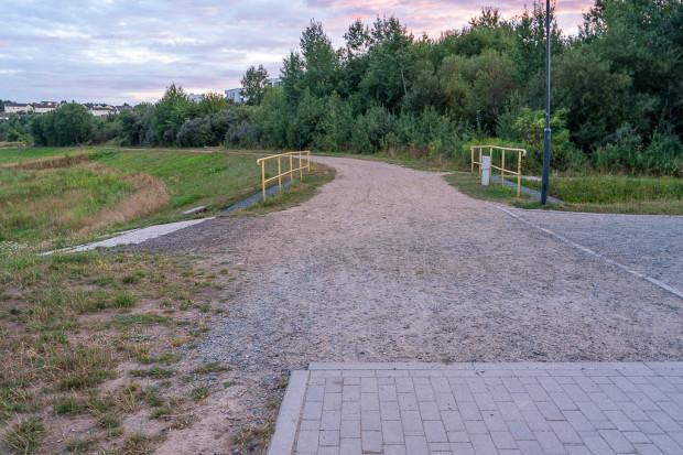 Betonowa nawierzchnia urywa się w połowie długości ścieżki dookoła zbiornika.