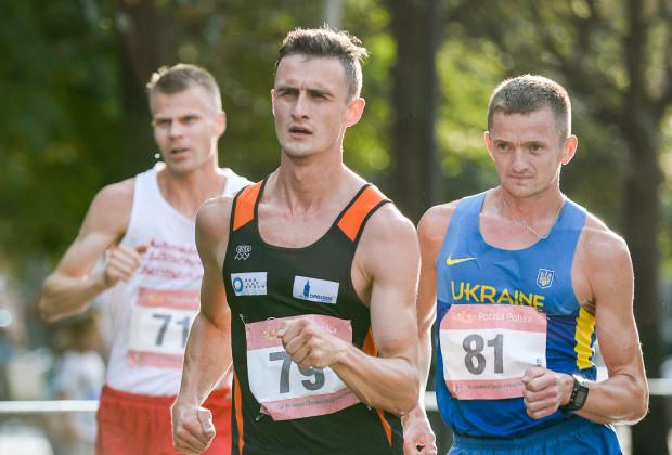 Dawid Tomala (nr 79) wygrał chód na 50 km w Igrzyskach Olimpijskich Tokio 2020.