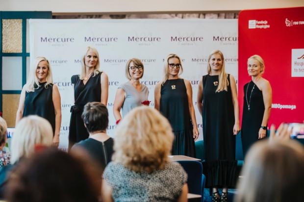 Podczas spotkania odbył się pokaz mody. Suknie marki Pudu zaprezentowały panie związane z Fundacją Hospicyjną.