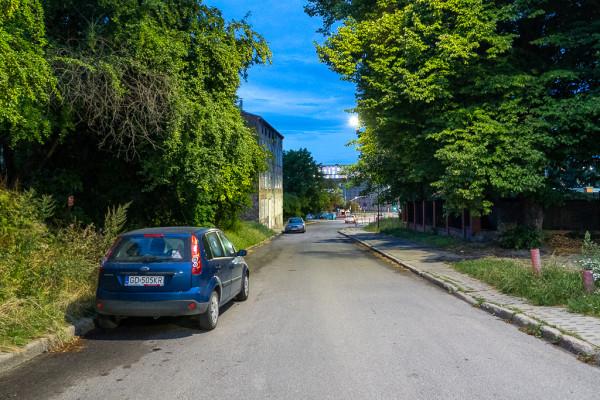 Na ul. Rogaczewskiego przewidziano jedynie wymalowanie oznakowania na jezdni, które częściowo znajdzie się pod parkującymi tutaj autami.