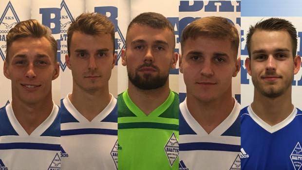Bałtyk pozyskał pięciu nowych piłkarzy przed inauguracją sezonu. Od lewej to: Oktawian Skrzecz, Jakub Kapuściński, Dawid Leleń, Kacper Wiśniewski i Oskar Sikorski.
