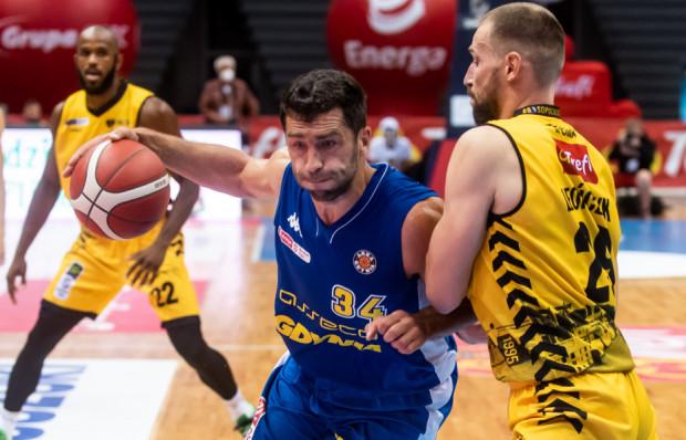 Trefl Sopot i Asseco Arka Gdynia sparowali w Skarszewach. Minimalnie lepsi okazali się żółto-czarni, choć na ostatnią kwartę wychodzili ze stratą czterech punktów.