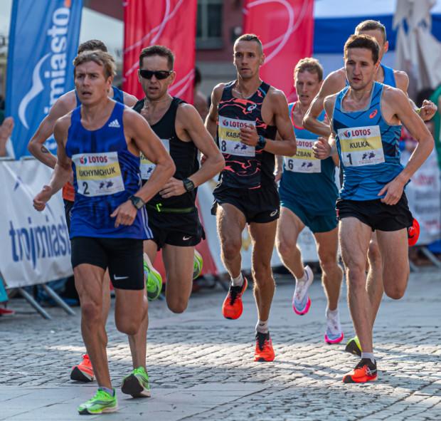 Mykoła Juchymczuk (nr 2) wygrał 27. Bieg św. Dominika. Trzeci na mecie - Szymon Kulka (nr 1) został mistrzem Polski w biegu ulicznym na 10 km.