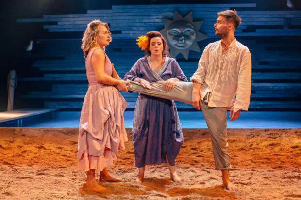 """Szalona komedia Teatru Wybrzeże """"Awantura w Chioggi"""" ujawnia ogromny potencjał komediowy aktorów Wybrzeża, także tych, których z komedią raczej nie kojarzymy."""