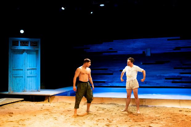 Ciekawa i efektowna scenografia Magdaleny Gajewskiej to umowna przestrzeń Chioggi ograniczona do placu usypanego piaskiem i drzwi obu rybackich rodzin oraz ściany przypominającej dziurawy kadłub kutra rybackiego.