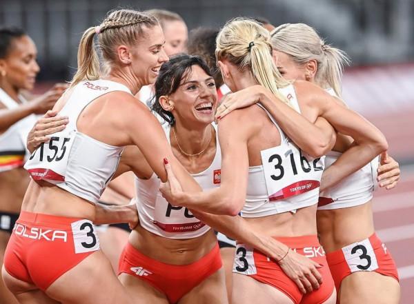 Anna Kiełbasińska (w środku) ma udział w tytule wicemistrzyń olimpijskich polskiej sztafety 4x400 metrów kobiet, gdyż biegła w półfinale. Tym samym liczba medali sportowców trójmiejskich klubów na igrzyskach wzrosła do 32.