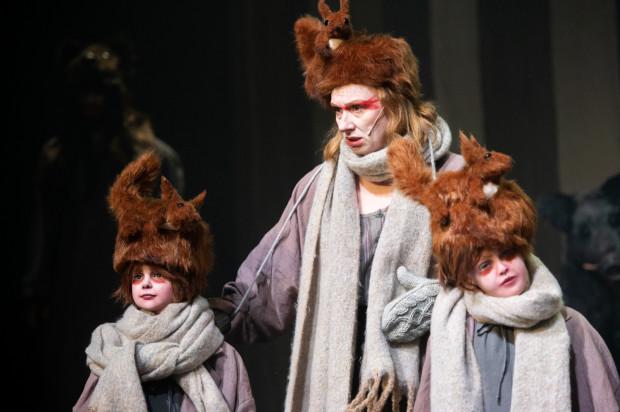 W spektaklu wykorzystano m.in. manekiny dzieci (na zdjęciu z Moniką Chomicką-Szymaniak), by wizualnie powiększyć leśną społeczność składającą się z kilkorga aktorów.