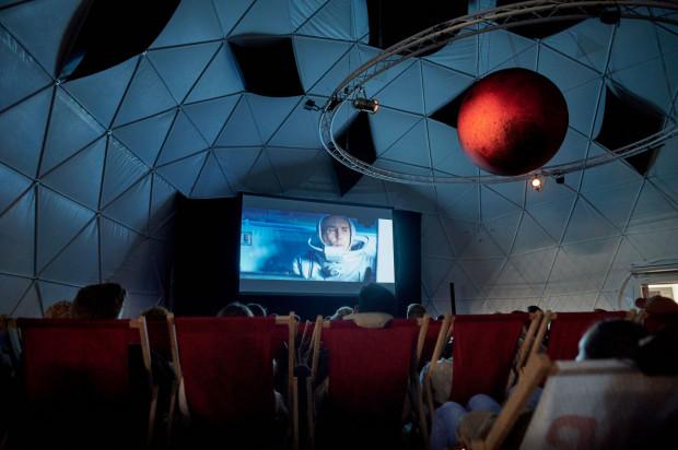 """We wnętrzach specjalnie na tę okazję zbudowanego namiotu sferycznego pokazano """"Moon"""" Duncana Jonesa."""