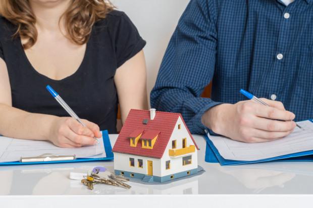 We wspólnocie majątkowej za oszczędności i zobowiązania finansowe małżonkowie odpowiadają solidarnie. W niektórych sytuacjach lepiej sprawdza się rozdzielność majątkowa, np. gdy jedno z małżonków ma niewielki dochód, a para ubiega się o kredyt hipoteczny.