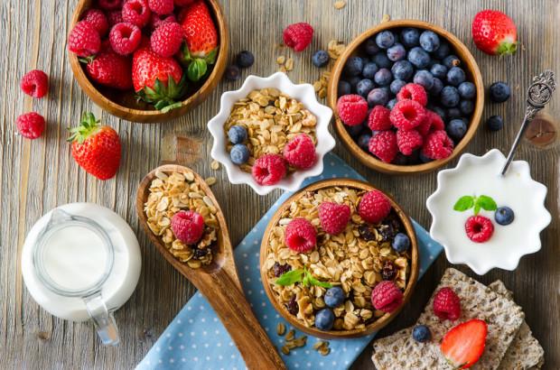 Maliny nie zawierają dużo cukru, mają niski indeks glikemiczny, a dzięki działaniu rozgrzewającemu i zawartości witaminy C są tarczą obronną organizmu przed infekcjami.
