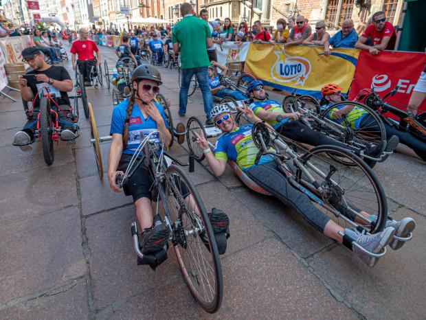 Katarzyna Zubowicz cieszy się po wygranej w 27. Biegu św. Dominika w rywalizacji pań na wózkach sportowych.