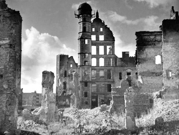 Ruiny Domu Przyrodników wkrótce po zakończeniu działań wojennych.