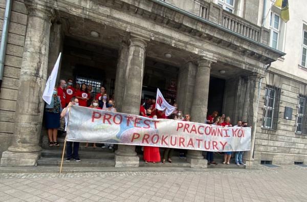 Pracownicy prokuratury protestują pod budynkiem Prokuratury Okręgowej w Gdańsku.