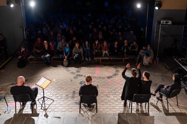 """Przedstawienie odbyło się w ramach 7. Ogólnopolskiego Festiwalu """"Pociąg do Miasta"""" 2021. Spektakle grane są w różnych dzielnicach Gdyni, ten rozgrywany jest w Działkach Leśnych."""