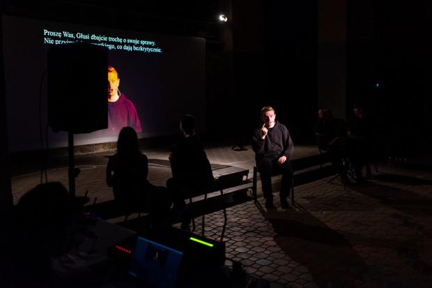 Wśród uczestników spektaklu są działacze zaangażowani w poprawę losu Głuchych. Na zdjęciu Krzysztof Satała.
