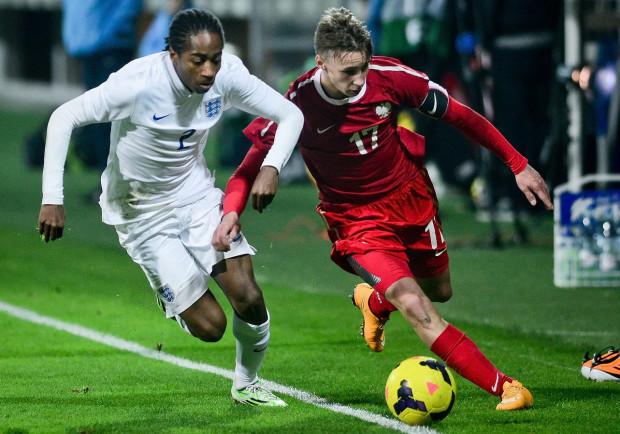 Oktawian Skrzecz (z prawej) w przeszłości był kapitanem reprezentacji Polski U-18. Kadr pochodzi z 2014 roku w Gdyni, gdy biało-czerwoni przegrali z Anglią 2:3. Na zdjęciu z Kylem Walker-Petersem, który dziś gra w Southampton.