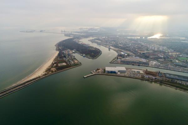 Po lewej stronie ujścia Martwej Wisły widoczne Westerplatte