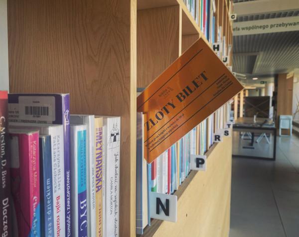 """Złoty bilet to akcja Biblioteki Sopockiej inspirowana powieścią """"Charlie i fabryka czekolady""""."""