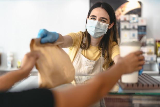 Dostęp do informacji o zaszczepionych pracownikach to nie koniec. Coraz więcej środowisk apeluje, aby szczepienia były obowiązkowe m.in. dla pracowników punktów usługowych.