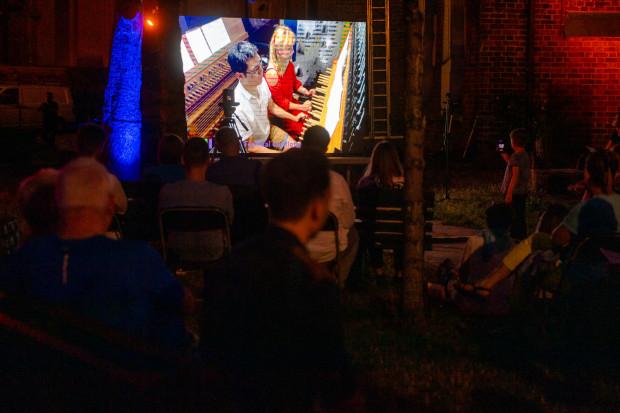 Ci, którzy oprócz słuchania chcieliby też zobaczyć, w jaki sposób gra się na dzwonach, mają taką możliwość podczas piątkowych koncertów w kościele św. Katarzyny - w ogrodzie oo. Karmelitów (wejście furtką z lewej strony kościoła) ustawiono ekran, na którym można oglądać grających wirtuozów.