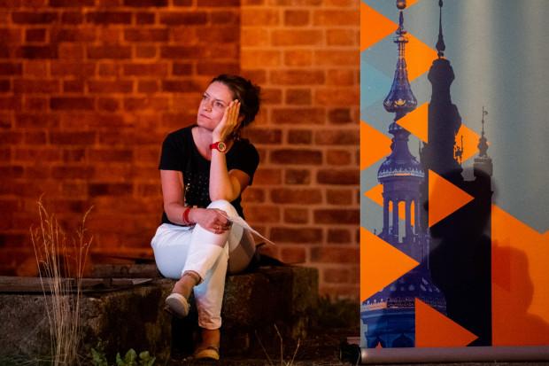 Monika Kaźmierczak, dyrektor Gdańskiego Festiwalu Carillonowego, występuje w roli prowadzącej, a po koncertach cierpliwie i wyczerpująco odpowiada na pytania zaciekawionej publiczności.