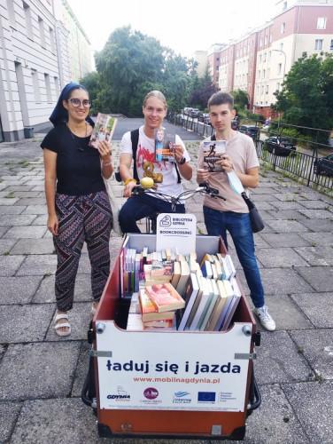 Gdyński bibliorower wyrusza w trasę każdego lata. Można go spotkać w ciągu tygodnia w mocno uczęszczanych miejscach, takich jak bulwar nadmorski czy Skwer Kościuszki.