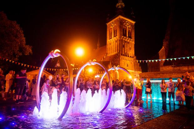 Wizualno - dźwiękowe spektakle z udziałem fontanny i carillonu św. Katarzyny cieszą się ogromnym zainteresowaniem spacerowiczów. Podczas Gdańskiego Festiwalu Carillonowego muzyka jest wykonywana na żywo, a nie z automatu.