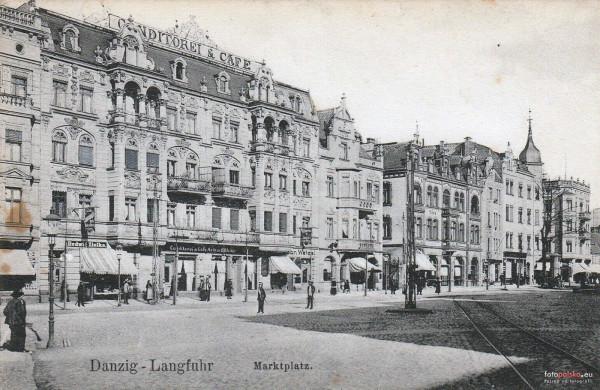 Z powodu strajku pomocników cukierników w Gdańsku gdańszczanie nie mogli przez kilka dni kupić żadnych ciastek. Po lewej widoczna kamienica przy al. Grunwaldzkiej we Wrzeszczu, w której znajdowała się cukiernia i kawiarnia Arthura Boehlke. Zdjęcie z początku XX stulecia. Żadna z widocznych na zdjęciu kamienic, które stały pomiędzy ulicami Konopnickiej i Dmowskiego, nie przetrwała do czasów współczesnych.