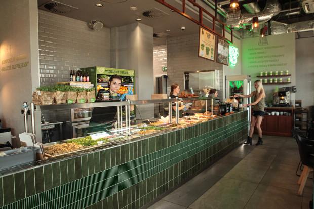 Wnętrze restauracji Masna Micha przypomina elegancki sklep warzywny połączony z barem szybkiej obsługi, gdzie wszystkie michy są przygotowywane na oczach gości.