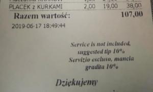 Nawet jeśli opłata za serwis nie jest wliczona, lokale lubią przypominać gościom o umownej zasadzie pozostawienia napiwku.