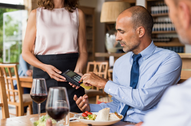 - Po pandemii w większości knajp pracownicy dostali podwyżki. Jednak struktura płatności (karty, telefony, zegarki, blik zamiast gotówki) zmieniła się na tyle, że nawet wzrost płac nie rekompensuje pracownikom utraty dochodów spowodowanej brakiem napiwków - zauważa Marcin, pracujący w branży gastronomicznej.