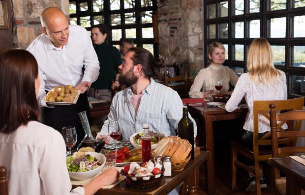 Goście restauracji dostrzegają zalety wliczanej opłaty za serwis, ale widzą też sporo wad takiego rozwiązania. Najbardziej zdaje się im przeszkadzać, że tracą prawo do decydowania o tym, czy serwis wart był dodatkowej gratyfikacji, czy też nie.