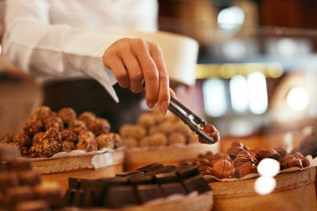 Spożywanie dużej ilości słodyczy każdego dnia wiąże się głównie z dostarczaniem do organizmu cukru prostego i niskiej jakości tłuszczów trans.