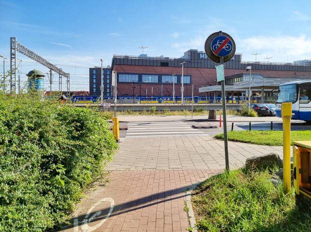Do parkingu rowerowego nie zostanie doprowadzona żadna droga rowerowa. Najbliższa, przy Galerii Bałtyckiej, kończy się ok. 80 metrów przed planowanym parkingiem.