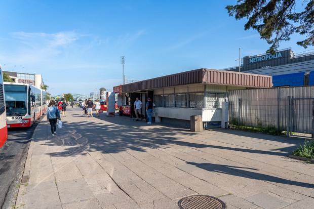 Istniejący budynek zaplecza socjalnego dla kierowców, gdzie powstanie parking rowerowy.