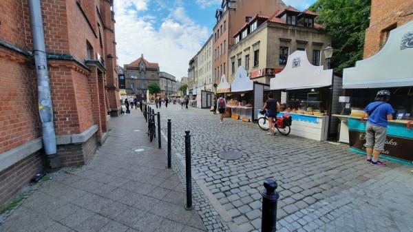 Ulica Pańska znana jest z tego, że przy niej znajduje się Hala Targowa. W czasie Jarmarku rozstawiają się tam też kramy.