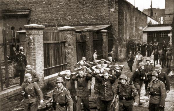 Wzięci do niewoli obrońcy Poczty Polskiej. Pomimo przytłaczającej przewagi Niemców, którzy dysponowali m.in. artylerią, Polacy bronili swojej placówki przez kilkanaście godzin.