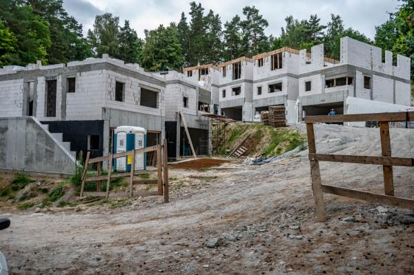 Pierwszy etap inwestycji Leśna Dolina zmierza do osiągnięcia stanu surowego zamkniętego.