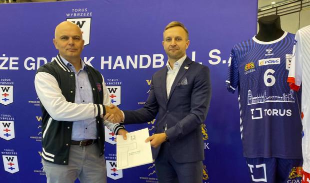 Piłkarze ręczni z Gdańska trzeci sezon z rzędu będą występować pod szyldem Torus Wybrzeże. Na zdjęciu prezes firmy Torus Sławomir Gajewski (z lewej) Jacek Pauba, prezes klubu (z prawej).