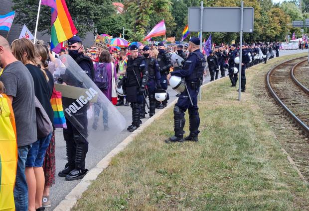 Kordon policji na Marszu Równości.