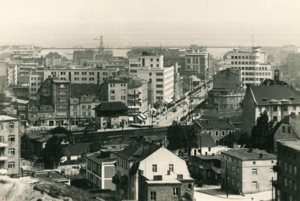 Skrzyżowanie ulic Dworcowej i 10 lutego w Gdyni. Zdjęcie z drugiej połowy lat 30. XX wieku.