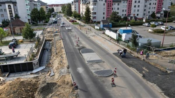 Na ul. Piotrkowskiej jest nowa warstwa nawierzchni i powstały wysepki przy przejściach dla pieszych.