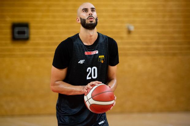 Josh Sharma zaliczył nieoficjalny debiut w Treflu Sopot i pomógł wygrać turniej w Słupsku. Koszykarze żółto-czarnych pozostają niepokonani w meczach sparingowych.