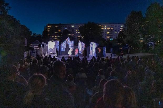 """O potrzebie organizacji Festiwalu FETA świadczy fakt, że na spektakl """"Once"""" w chłodny niedzielny wieczór przyszło kilkaset osób, a i tak nie wszyscy chętni mogli zobaczyć przedstawienie."""