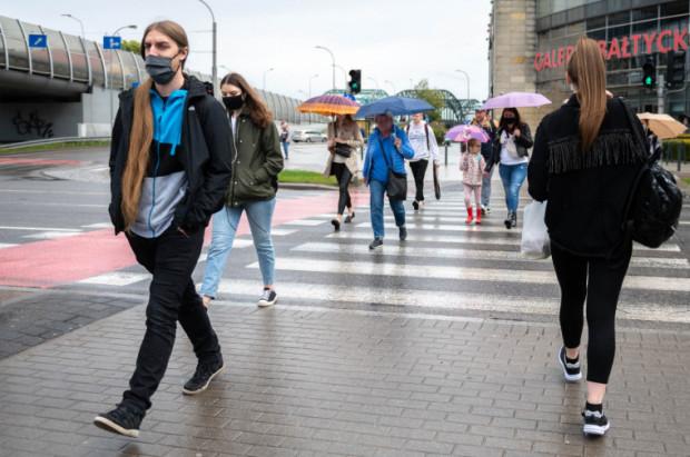 - W perspektywie kilku lat pewne jest tylko, że pandemia w końcu wygaśnie, szczepień potrzebujemy dziś, nie za kilka lat. Tylko w tym roku na COVID-19 w Polsce zmarło już ponad 46 tysięcy osób - zaznacza prof. Smiatacz.